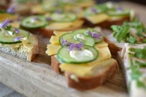 sandwich met kaas en bieslookbloem